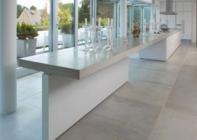 Längsansicht der Küche: Beton Weiß