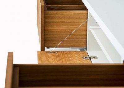 Ansicht von der Seite auf das geöffnete Sideboard