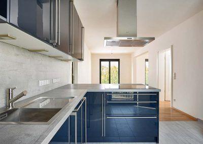 Küchenmöbel in Hochglanz- & Betonoptik