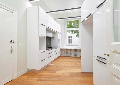 Weiße Hochglanz Küche von Raumobjekt