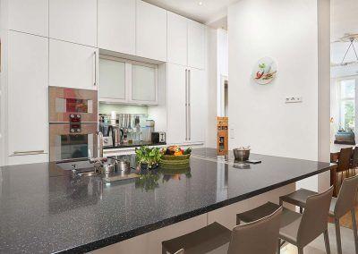 Küchenkonzept mit Insel und Granitplatten