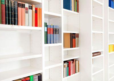 Großes Bücherregal mit verschiebbaren Elementen