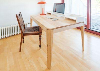Bürotisch aus hellem Holz